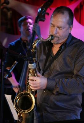 Saksofonisti Esa Pietilä johti joukkonsa organisoituun vapauteen. Kuva: Maarit Kytöharju.